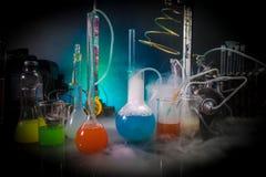 Apteki i chemii temat Próbna szklana kolba z rozwiązaniem w laboratorium badawczym Nauka i medyczny tło laboratorium obraz stock
