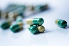 Apteki tło na białym stole Pastylki na białym tle pigułki Medycyna i zdrowy kapsuły zamykają zamykać dyferencja obrazy stock