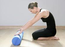 Aptidão azul do esporte da mulher dos pilates do rolo da espuma fotos de stock