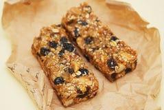 Aptidão caseiro saudável, barras de Granola saudáveis e vários ingredientes no fundo imagens de stock royalty free