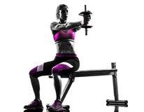 A aptidão da mulher exercita a silhueta do body building dos pesos imagem de stock
