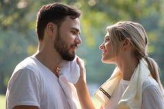 Aptidão de amor dos pares novos felizes no sportswear que relaxa no parque junto no tempo de manhã povos do esporte que tomam uma foto de stock royalty free