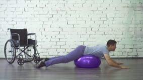 Aptidão deficiente do homem, cadeira de rodas, reabilitação após ferimento vídeos de arquivo