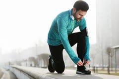 Aptidão do desportista que exercita ao correr e ao movimentar-se exterior fotografia de stock
