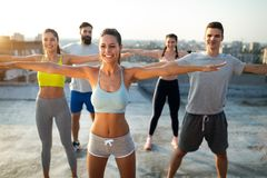 Aptidão, esporte, amizade e conceito saudável do estilo de vida Grupo de exercício feliz dos povos imagem de stock royalty free