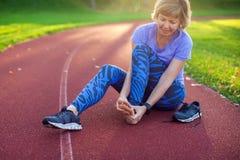Aptidão, esporte, exercício e conceito saudável do estilo de vida - jovem imagens de stock royalty free