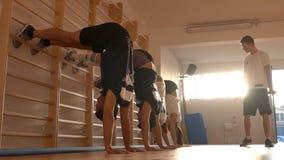 Aptidão, esporte, treinamento, conceito do gym - exercisi do grupo de pessoas imagens de stock royalty free