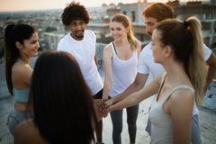 Aptidão, esporte, treinamento e conceito saudável do estilo de vida - grupo de exercício feliz dos povos exterior fotos de stock royalty free