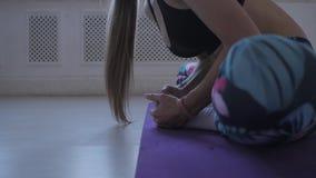 Aptidão home Fazer do treinamento da jovem mulher Músculos e junções do estiramento video estoque