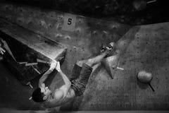 Aptidão interna Homem atlético em topless que tem a escalada ativa fotos de stock royalty free