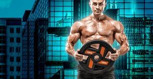 A aptidão nova muscular ostenta o homem na máscara do treinamento Exercício com peso no gym da aptidão fotos de stock