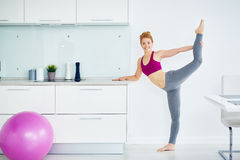 Aptidão praticando da jovem mulher saudável em casa fotos de stock royalty free