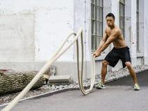 Aptidão que treina fora com cordas Fotografia de Stock