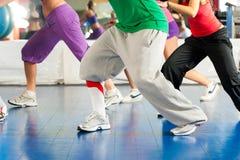 Aptidão - treinamento da dança de Zumba na ginástica Fotos de Stock Royalty Free