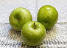 Aptitretande äpple - gräsplan Arkivfoton
