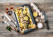 Aptitretande bakad fisk med citroner, topview Royaltyfria Foton