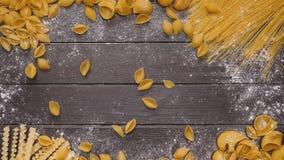 aptitretande blandad pasta på tappningträbakgrund stock video