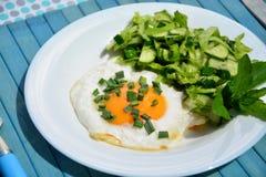 Aptitretande förvanskade ägg med kålsallad Royaltyfri Bild