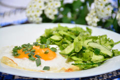 Aptitretande förvanskade ägg med kålsallad Arkivbilder