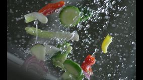 Aptitretande grönsaker tvättas under rinnande vatten i en durkslag långsam rörelse r långsam rörelse Kamera P lager videofilmer