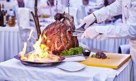 Aptitretande grillat kött på brandnärbild härlig presentation av disken i restaurangen royaltyfri bild