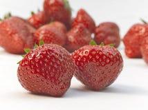 Aptitretande jordgubbar med sidor Royaltyfri Fotografi
