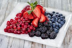 Aptitretande moget, sommarfrukter som tj?nas som beautifully p? tabellen royaltyfri fotografi