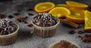 Aptitretande närbild av muffin på en mörk bakgrund med skivor av apelsiner fotografering för bildbyråer