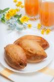 Aptitretande paj tre och orange fruktsaft Fotografering för Bildbyråer