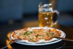 Aptitretande pizza för öl suddighet bakgrund Verklig plats i stång eller i bar Ölkultur, hantverkbryggeri, unikhetöl Royaltyfria Foton