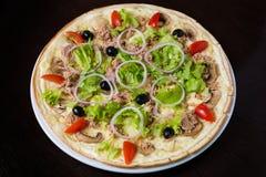 Aptitretande pizza med kött av höna arkivbild
