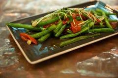 Aptitretare av grillade grönsaker spanska peppar sparris royaltyfri foto