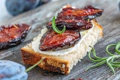Aptitretare av hemlagat bröd och kryddiga torkade plommoner arkivfoton