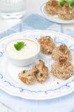 Aptitretare av stekte champinjoner med yoghurtsås, lodlinje fotografering för bildbyråer