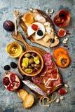 Aptitretare bordlägger med italienska antipastimellanmål och vin i exponeringsglas Brushetta eller autentisk traditionell spansk  arkivbilder