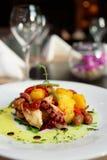 Aptitretare med den grillade bläckfisken, potatisar och grönsaker Royaltyfri Bild