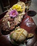 Aptitretaren med salami Milan, Tuscan salami, rå skinka, pecorinoost, torkade tomater, oliv Royaltyfri Bild
