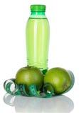 Aptitud, concepto de la pérdida de peso con las manzanas verdes, botella de agua potable y cinta métrica aisladas en blanco Imágenes de archivo libres de regalías