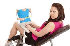 Aptitud de la mujer enojada en la pantalla Fotografía de archivo