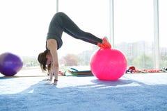 Aptitud de la mujer mujer mayor cauc?sica hermosa que hace ejercicio con la bola en gimnasio Forma de vida sana imagenes de archivo