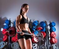 Aptitud del entrenamiento de la mujer del Barbell en gimnasio del levantamiento de pesas imagen de archivo