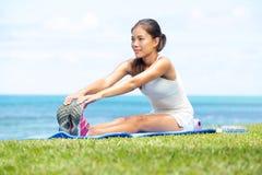 Aptitud del entrenamiento de la mujer que estira ejercicio de piernas Foto de archivo libre de regalías