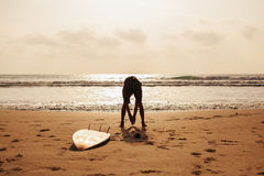 Aptitud del hombre de la persona que practica surf en la playa Fotos de archivo libres de regalías