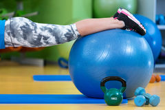 Aptitud, deporte, entrenamiento, gimnasio y concepto de la forma de vida - mujer joven que hace ejercicio en bola de la aptitud Imagenes de archivo