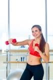 Aptitud, deporte, entrenamiento y concepto de la gente - mujer que ejercita con pesas de gimnasia fotografía de archivo