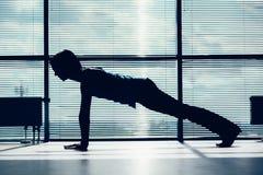 Aptitud, deporte, entrenamiento y concepto de la gente - mujer sonriente que hace ejercicios abdominales en la estera en el conto Imagen de archivo libre de regalías