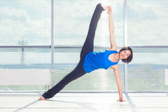 Aptitud, deporte, entrenamiento y concepto de la gente - mujer sonriente que hace ejercicios abdominales en la estera en gimnasio Foto de archivo