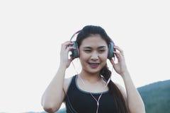 aptitud, deporte y concepto sano de la forma de vida - wom adolescente feliz Imagen de archivo