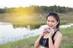 aptitud, deporte y concepto sano de la forma de vida - wom adolescente feliz Fotos de archivo