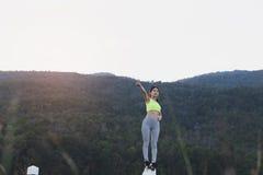 aptitud, deporte y concepto sano de la forma de vida - wom adolescente feliz Fotos de archivo libres de regalías